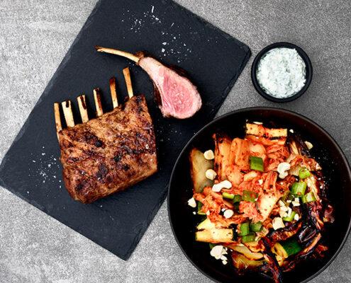 Grillattua karitsankaretta, grillattua kaalisalaattia kimchillä sekä yrttikermaviiliä