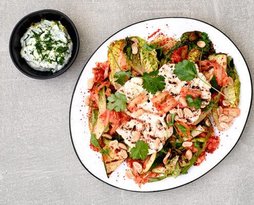 Grillattua kukkakaali-kesäkurpitsasalaattia, kimchiä ja sitruunajogurttia