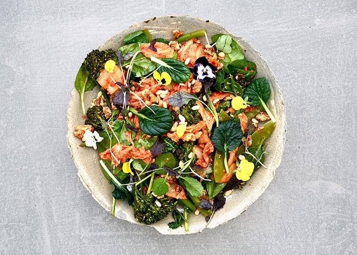 Höyrytetty broccolini-varsikukkakaalisalaatti, pinjansiemeniä, hernettä ja kimchiä