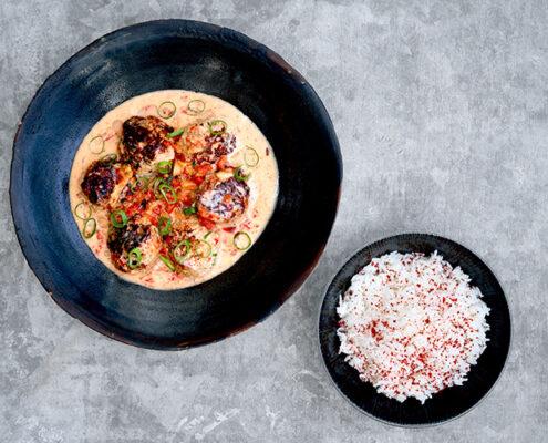 Kimchillä maustetut kana-kookospullat kookosliemessä