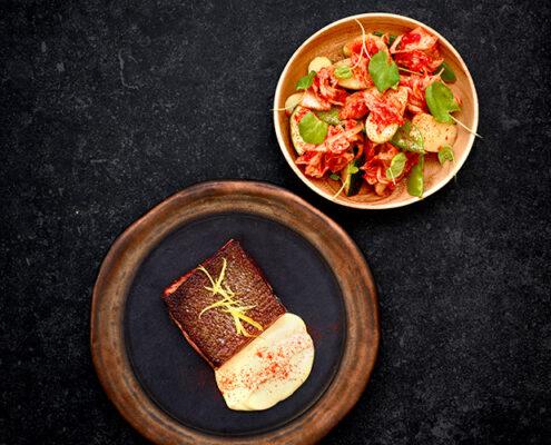 Paahdettua lohta, hollandaisekastiketta ja varhaisperuna-kimchisalaattia