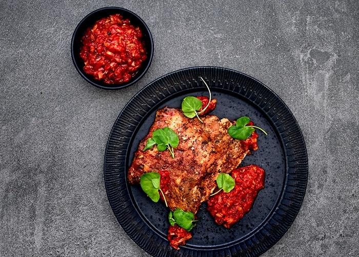 Savustettuja ylikypsiä porsaan ribsejä ja kimchillä maustettua paprikapyreetä